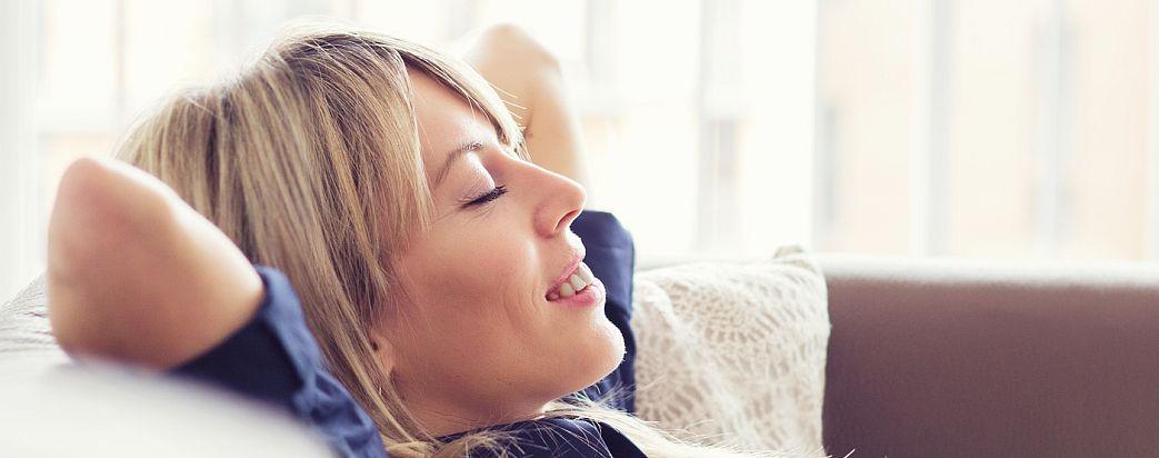 Entspannte Frau nach Hypnose
