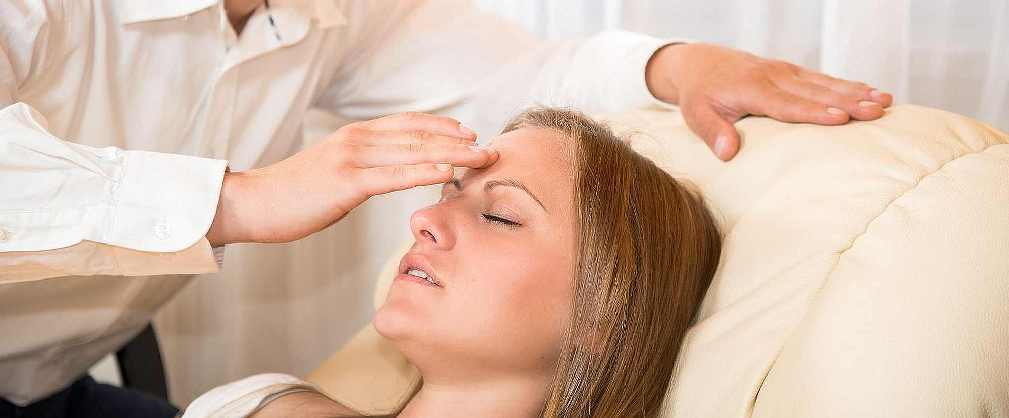 Hypnose wirkt: Tranceinduktion bei Frau